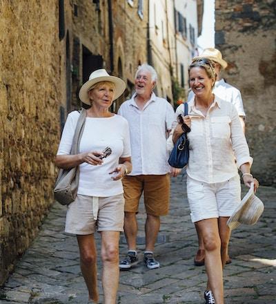 Mogna par som ser runt om den gamla staden Italien. De går ner på en smal gata medan de är på semester.