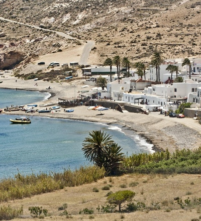 Vit pueblo Las Negras mitt i naturparken Cabo de Gata, Andalusia