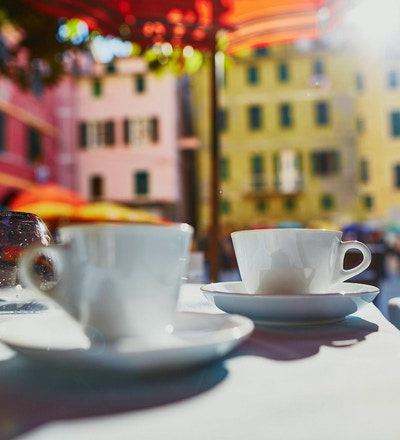 Kaffekoppar i kafé i Vernazza, Cinque Terre, Liguria, Italien