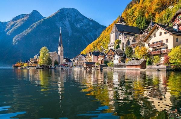 Vacker panoramautsikt över vykort över den berömda bergstaden Hallstatt med Hallstatter Se i de österrikiska Alperna i vackert gyllene morgonljus på hösten, Salzkammergut, Österrike