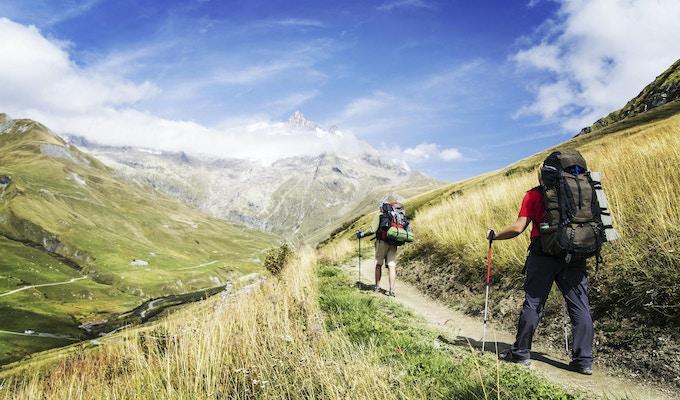Tour du Mont Blanc är en unik vandring på cirka 200 km runt Mont Blanc som kan genomföras på mellan 7 och 10 dagar som passerar genom Italien, Schweiz och Frankrike.