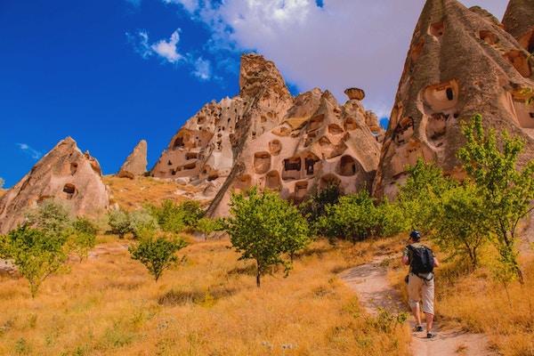 Solo-backpacker vandring bland grottan vaggar i Cappadocia-området, centrala Turkiet