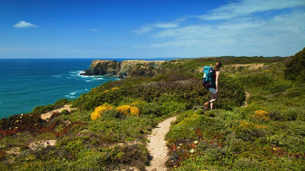 kvinna vandrare på vandringsled kust portugal, rota vicentina.