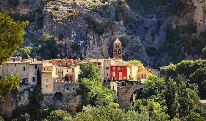 Byn Moustiers-Sainte-Marie, Provence, Frankrike