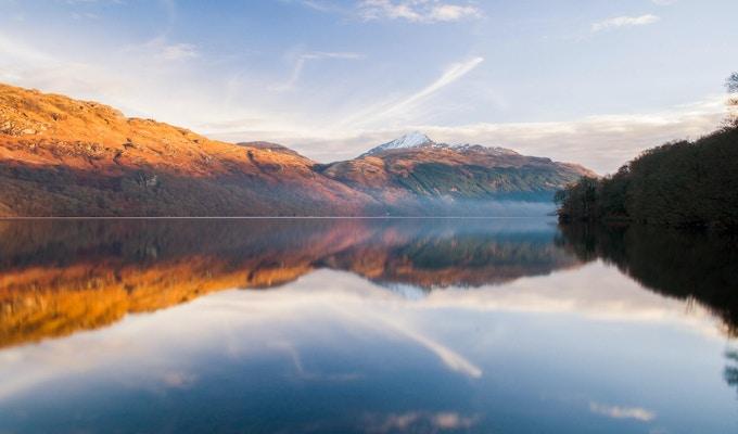 Loch Lomond vid soluppgång.
