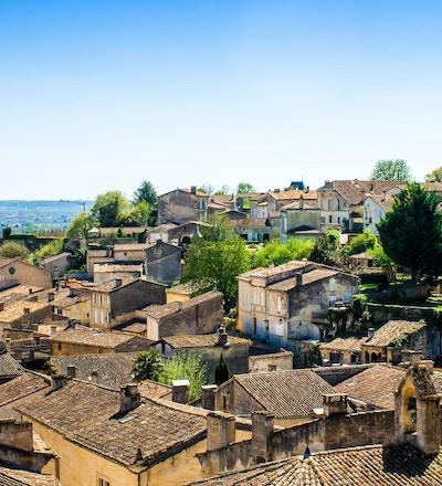 panoramautsikt över Saint-Emilion och vingården, nära Bordeaux i Frankrike