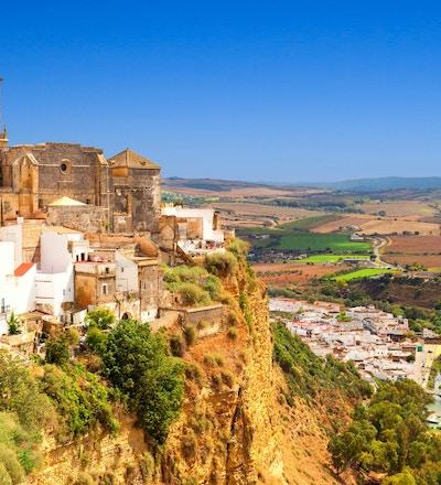 vit stad byggd på en sten längs Guadalete floden, i provinsen Cadiz, Spanien