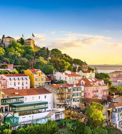 Lissabon, Portugal gammal stadsbild vid skymningen.
