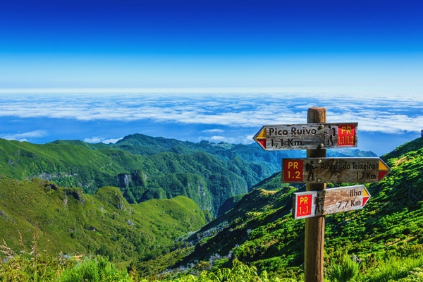 Skylt på toppen av Madeira Island som visar vägen till Pico Ruivo, Ilha och Achada do Teixeira