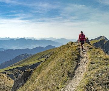 trevlig äldre kvinna, vandra i höst, höst på kanten av Nagelfluh-kedjan nära Oberstaufen, Allgaeu-området, Bayern, Tyskland, Hochgrats-toppmötet i bakgrunden
