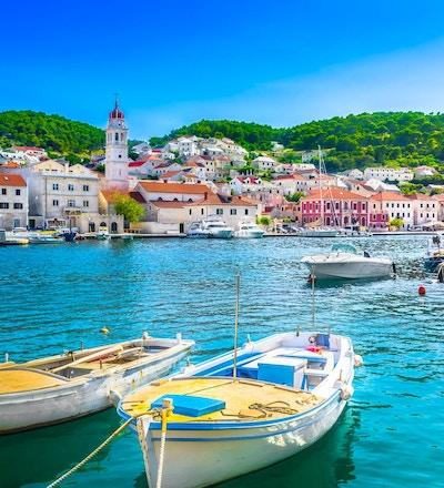 Strandpromenadelandskap av den lilla medelhavsbyn Pucisca på ön Brac, turist- sommarort i Kroatien, Europa.