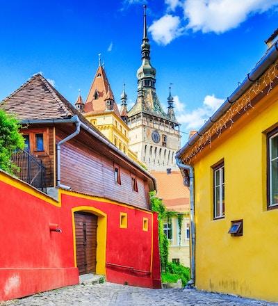 Sighisoara, Rumänien. Medeltida gata med klocktornet i Transylvania.