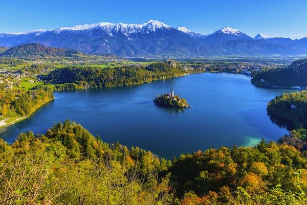 Panoramautsikt över sjön Bled från Mt. Osojnica, Slovenien