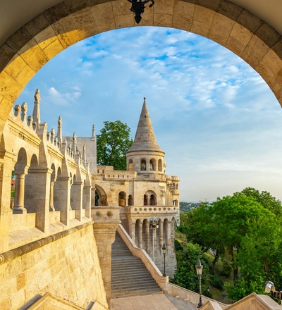 Tower of Fisherman's Bastion i den Budapest staden, Ungern.