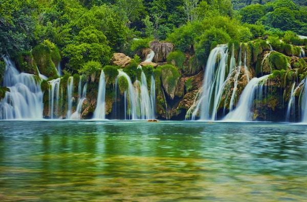 Krka flodvattenfall i Krka nationalpark, Kroatien