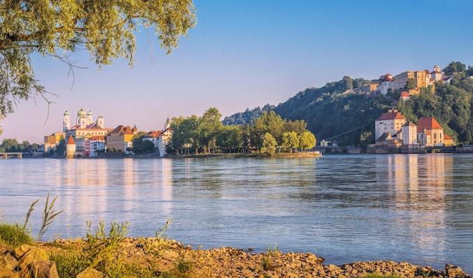 Utsikt över Passau och de tre floderhörnan och sammanflödet av Donau, Inn och Ilz på en vacker sommardag.