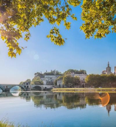 Avignon bro med påvarpalatset i Provence, Frankrike