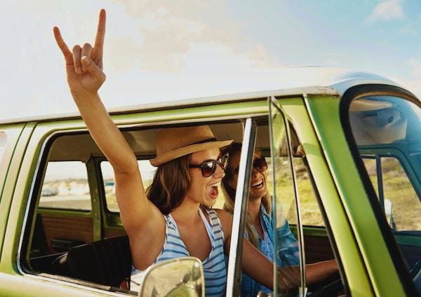 Två unga kvinnliga vänner på en äventyrlig roadtrip