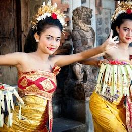 Två unga balinesiska dansare i full smink och kostym