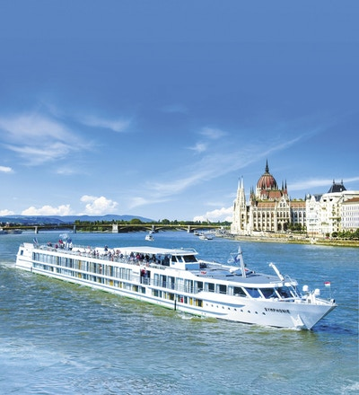 MS Symphonie seglar på Donau i vackert solsken