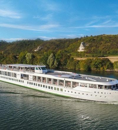Kryssningsfartyget MS Renoir seglar i solen på Seinen