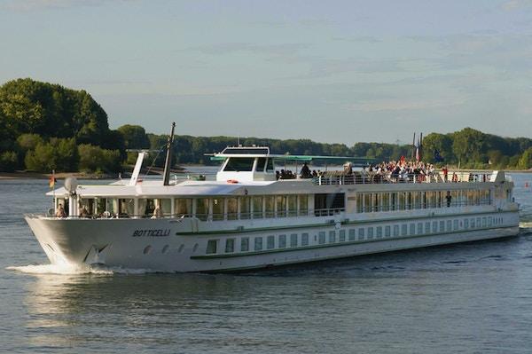 Kryssningsfartyget MS Botticelli seglar på Seinen med turister som njuter av utsikten