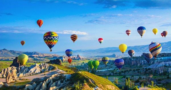 Cappadocias stora turistattraktion - ballongflyg. Cappadocia är känd över hela världen som en av de bästa platserna att flyga med ballonger med varmluft. Goreme, Cappadocia, Turkiet