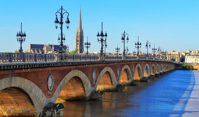 Bordeaux flod bro med St Michel katedralen i bakgrunden, Frankrike
