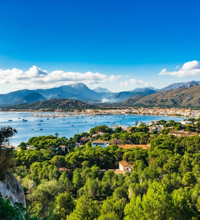 Idylliskt ölandskap av Port de Pollenca, härlig fjärdkust på Mallorca, Spanien Medelhavet
