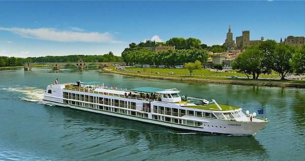 Kryssningsfartyget MS Camargue seglar vid floden Rhone
