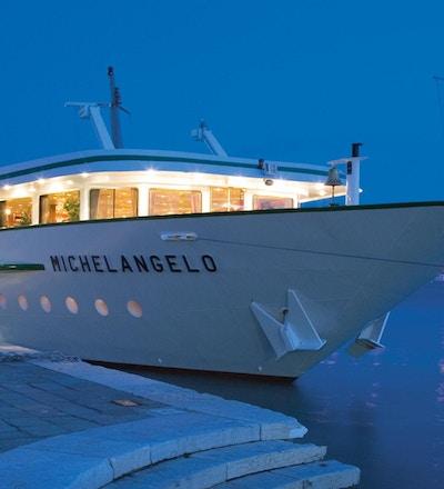 Kvällsbild av flodkryssningsbåten MS Michelangelo som ligger till hamnen