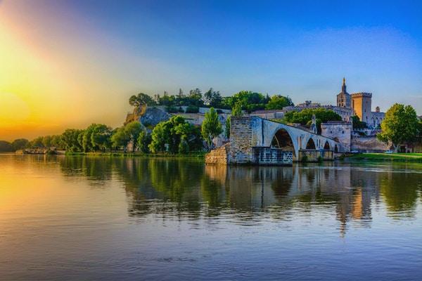 Saint Benezet-bron och Palais des Papes i Avignon, södra Frankrike