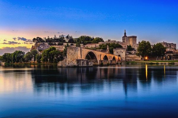 Avignon Bridge med påvarpalatset och Rhone-floden på soluppgången, Pont Saint-Benezet, Provence, Frankrike