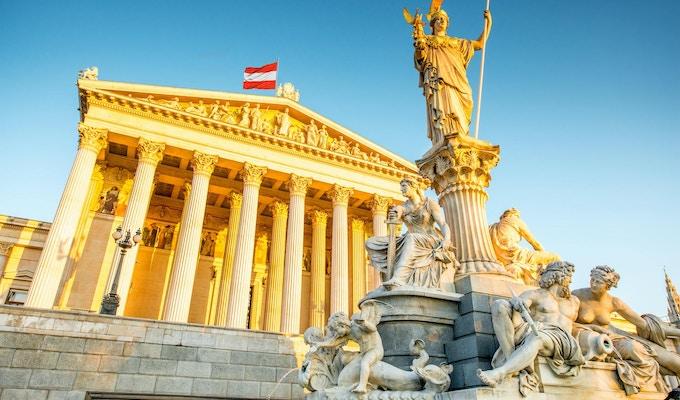 Österrikisk parlamentsbyggnad med Athenastatyn på fronten i Wien på soluppgången