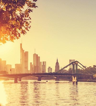 Solen lyser över den härliga Frankfurt