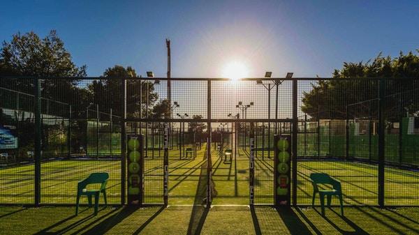 Padelbanor i solen, Real Club de Padel Marbella, Spanien