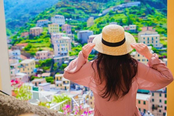 Le lycklig flicka som har kul under semestrar i Cinque Terre