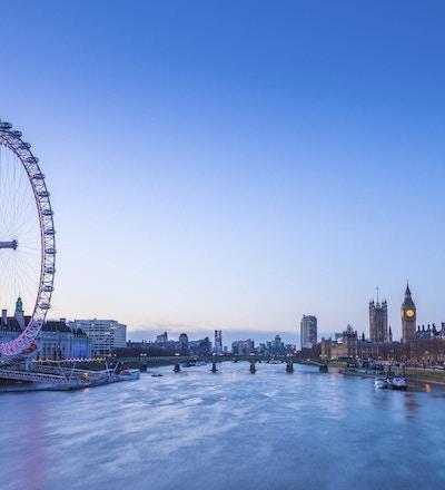 Londons horisont före soluppgång med berömda landmärken, Big Ben, parlamentshus, fartyg och klarblå himmel - London, UK