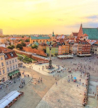 Gamla stan i Warszawa på kvällstid med en vacker solnedgång - Gamla stan är ett Unescu-arv