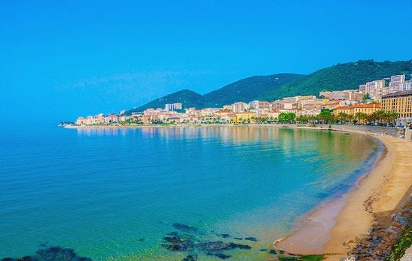 Hotell, restauranger och bondgårdar längs kusten, Ajaccio, Korsika, Frankrike.