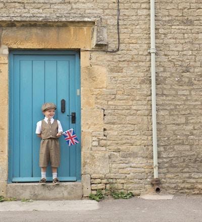 En ung brittisk pojke firar sitt arv.