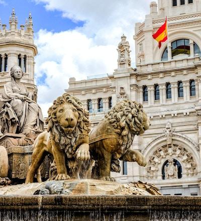 Plaza de Cibeles är en torg med ett neoklassiskt komplex av marmorskulpturer med fontäner som har blivit en ikonisk symbol för staden Madrid.