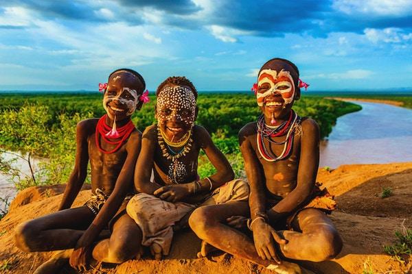 Unga pojkar från Karo-stammen. Karo-stammen är en stam som bor i den sydvästra delen av Omo-dalen nära Kenya, Afrika.