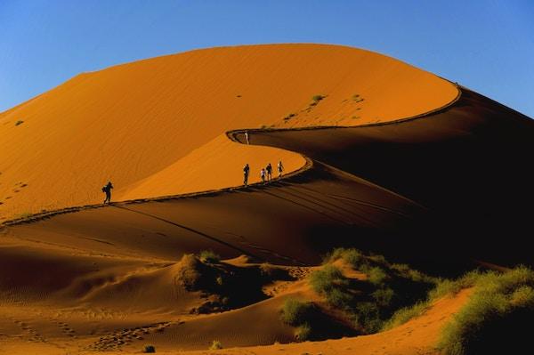 Turister som klättrar Sossusvlei dyn, Naukluft National Park, Namibia