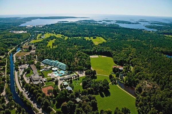 Flygfoto av Brunnsparken en solig sommardag, Ronneby Skärgård i bakgrunden, Ronneby, Sverige