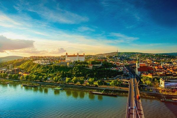 Flygfoto över Bratislava stadsbild på den gamla staden med Saint Martins domkyrka, slottkulle och Donau floden på solnedgången i Slovakien. Vinkelvy med kopieringsutrymme