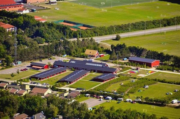 Flygfoto över boende och fotbollsplaner, Ishöj Strand Danhostel, Danmark