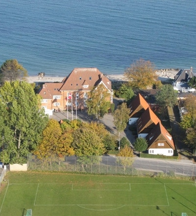 Flygfoto Helsingør Danhostel med fotbollsplan, strand och havet, Helsingør Danhostel, Danmark