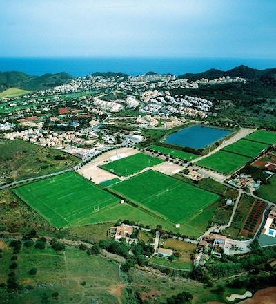Fotbollsplanerna från ovan med havet i bakgrunden