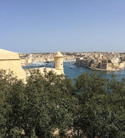 Solig dag med blå himmel över hamnen i Valetta, Maltas huvudstad